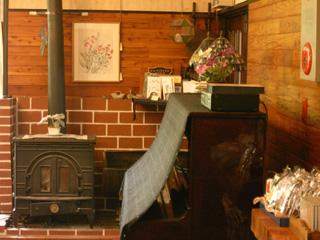 薪ストーブ、ピアノ、趣味とこだわり満載のホール